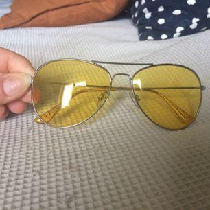 Gula solglasögon, behagligt ljus och i fint skick. En tunn fodralpåse medföljer.