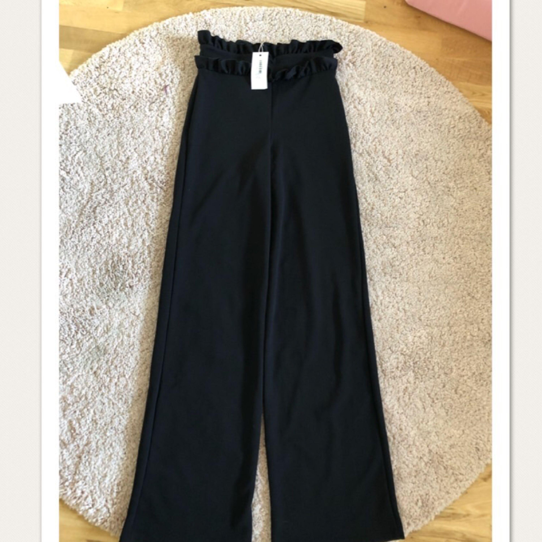 Dom efter trakktade byxorna raka hela vägen oanvända lappar  kvar. Jeans & Byxor.