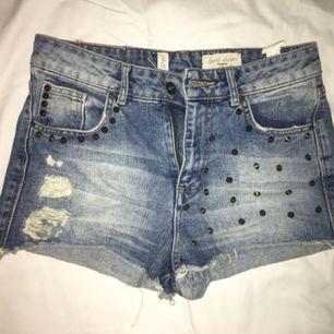 Snygga shorts med nitar från Pull&Bear. Strl 38. Sparsamt använda. 75kr + frakt alt. Mötas upp i Sthlm