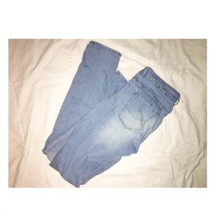 Fina, jättesköna ljusblå jeans från Pull&Bear. Bra passform och skönt material. 150kr + frakt 😊 (tar swish)