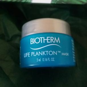 Biotherm Blue Therapy Accelerated Serum - är ett anti-age serum till kvinnor som önskar en målinriktad ansiktsvård som reducerar pigmentfläckar, rynkor & brist på fyllighet. Blue Therapy Accelerated Serum har en vårdande formula som absorberas omedelbart. Slutresultatet är en ny sensorisk upplevelse med synlig effekt.  Användning: Applicera på rengjort, torrt ansikte innan dag-/nattkräm. 50ml kostar 719kr  Innehåll: 5ml Köparen står för frakten. 9kr.