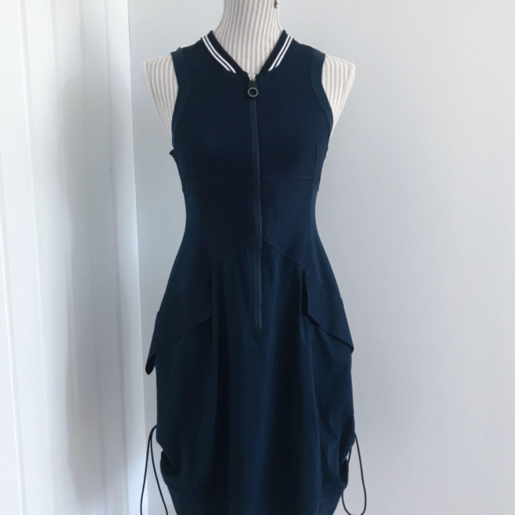 Unik blå klänning från HIGH TECH i modellen MIMICRY. Klänningen är som ny! 54cf4aab3c754
