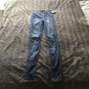 Ett par Fashionnova byxor i bra skick.  Dessa byxor är ett par Canopy jeans. Har aldrig använd dem då jag köpt för liten storlek. Köparen står för ev. Frakt. Frakt på 50kr