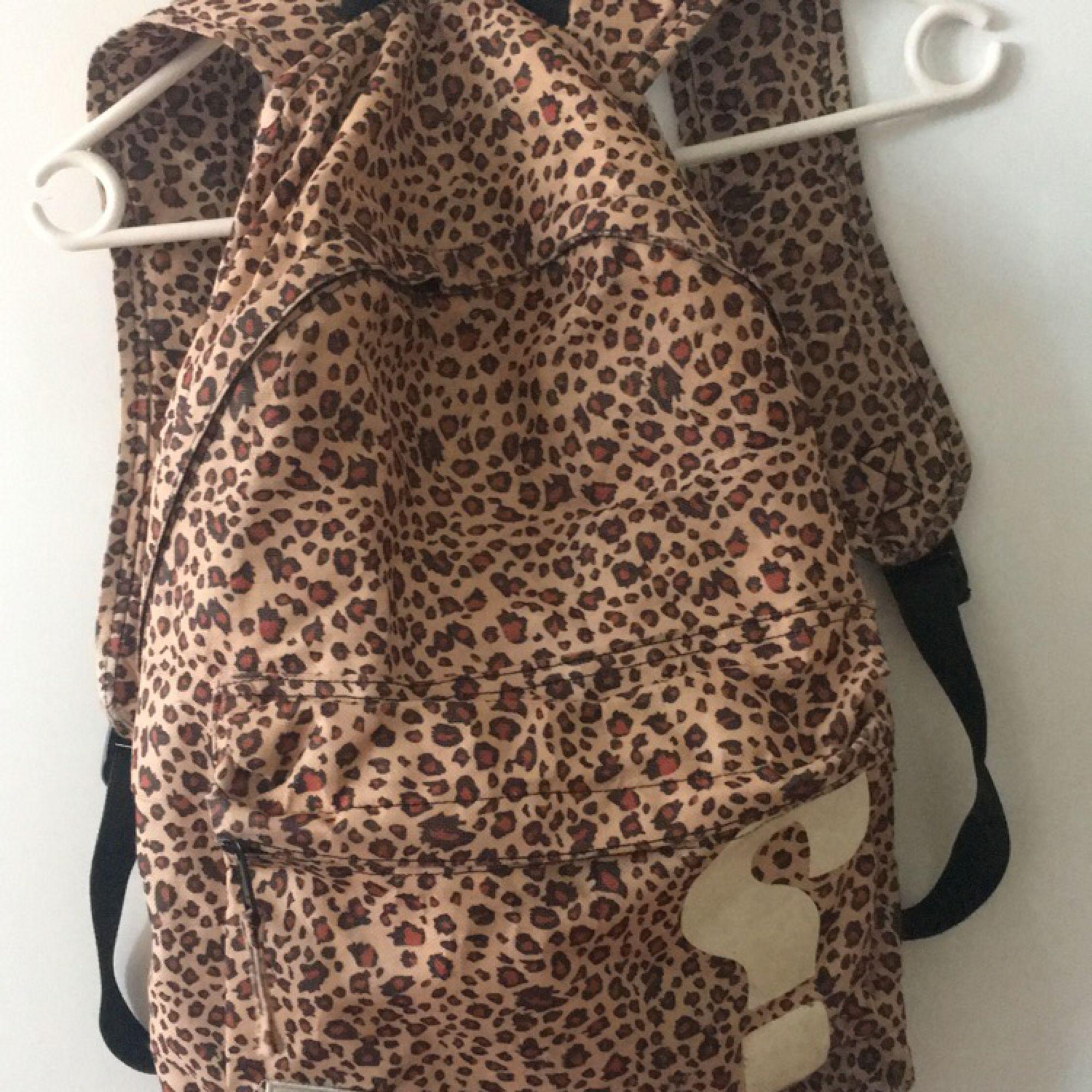 En leopard mönstrad SWEET SKTBS ryggsäck, begagnat skick då jag använt den massor men fullt användbar trots lite sliten! Har några små hål tyvärr❤️!! 3 fack! 100kr och frakt ingår🐆💫(pris kan diskuteras). Väskor.