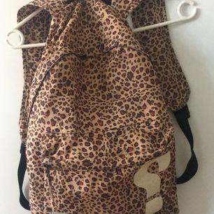 En leopard mönstrad SWEET SKTBS ryggsäck, begagnat skick då jag använt den massor men fullt användbar trots lite sliten! Har några små hål tyvärr❤️!! 3 fack! 100kr och frakt ingår🐆💫(pris kan diskuteras)