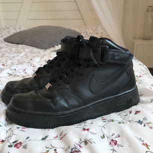 Supersnygga, bekväma och ÄKTA Nike Air Force One i storlek 38.5! Knappt märkbart att de någonsin är använda, nyskick!  Frakt på 60kr till kommer! Kan skicka fler bilder på skorna i chatten. 👟