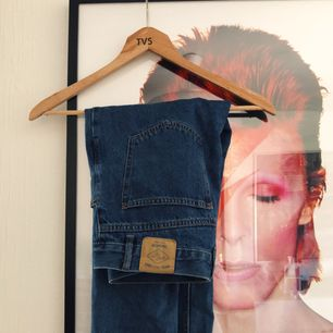 Säljer mina mom-jeans från Pull&Bear som är köpta i Berlin! Slitage på baksidan som syns på bild 3, annars i bra skick.