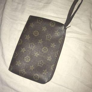 Louis Vuitton kuvertväska (inte äkta)