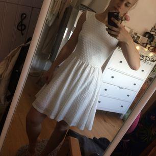 """Söt vit klänning köpt i London. Lite föör söt för mig... använd 2 ggr. Perfekta student/dateklänningen. Har ett tunt """"foder"""" under så inte genomskinlig.   Köp fler=mängdrabatt! Köp innan september -då flyttar jag!"""