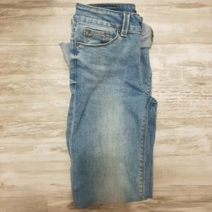 Ett par midwaisted straight jeans från Amisu, smala i midjan och ganska långa för mig som är 1.58. Säljer pågrund av att de är lite för små för mig. Använda endast ett fåtal gånger, bra skick. Storlek 25 eller 34/36
