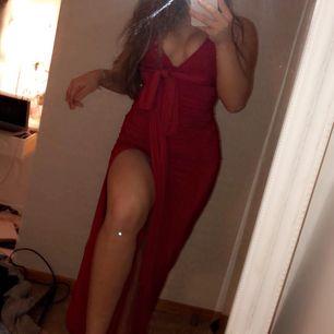 ALDRIG använd Rebecca Stella klänning, endast testad!!  Ordinarie pris 599kr! Super fin klänning som man kan knyta hur man vill, så otroligt bra! Klänningen är i färgen röd och är stretchig, storlek S. Pris kan diskuteras!❤️
