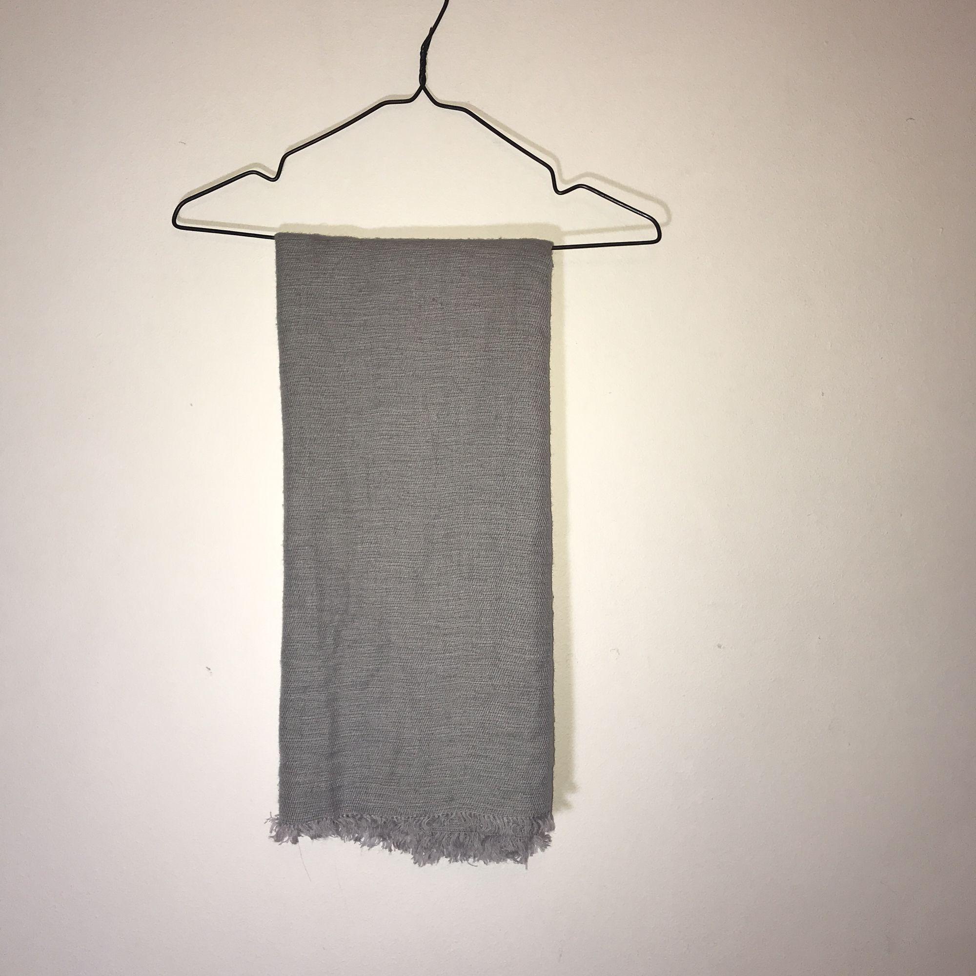 Grå tunnare halsduk. Sparsamt använd. 🌸 köparen står för eventuell frakt 🌸. Accessoarer.