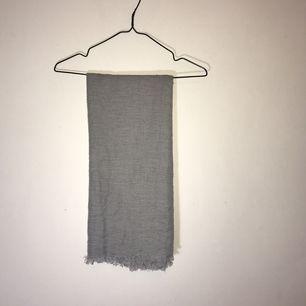 Grå tunnare halsduk. Sparsamt använd. 🌸 köparen står för eventuell frakt 🌸