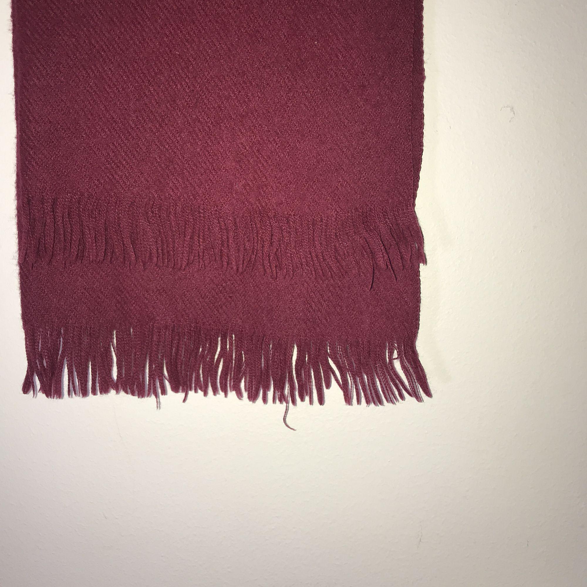 Vinröd halsduk. 🌸 köparen står för eventuell frakt 🌸. Accessoarer.