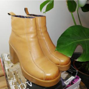 As coola boots I läder med klackar från vagabond och är i gott skick. Sparsamt använda. Orginalpris 1200kr. Köpare står för eventuell frakt. 🍑
