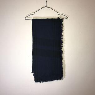 Blåsvart rutig tjock halsduk. 🌸 köparen står för eventuell frakt 🌸