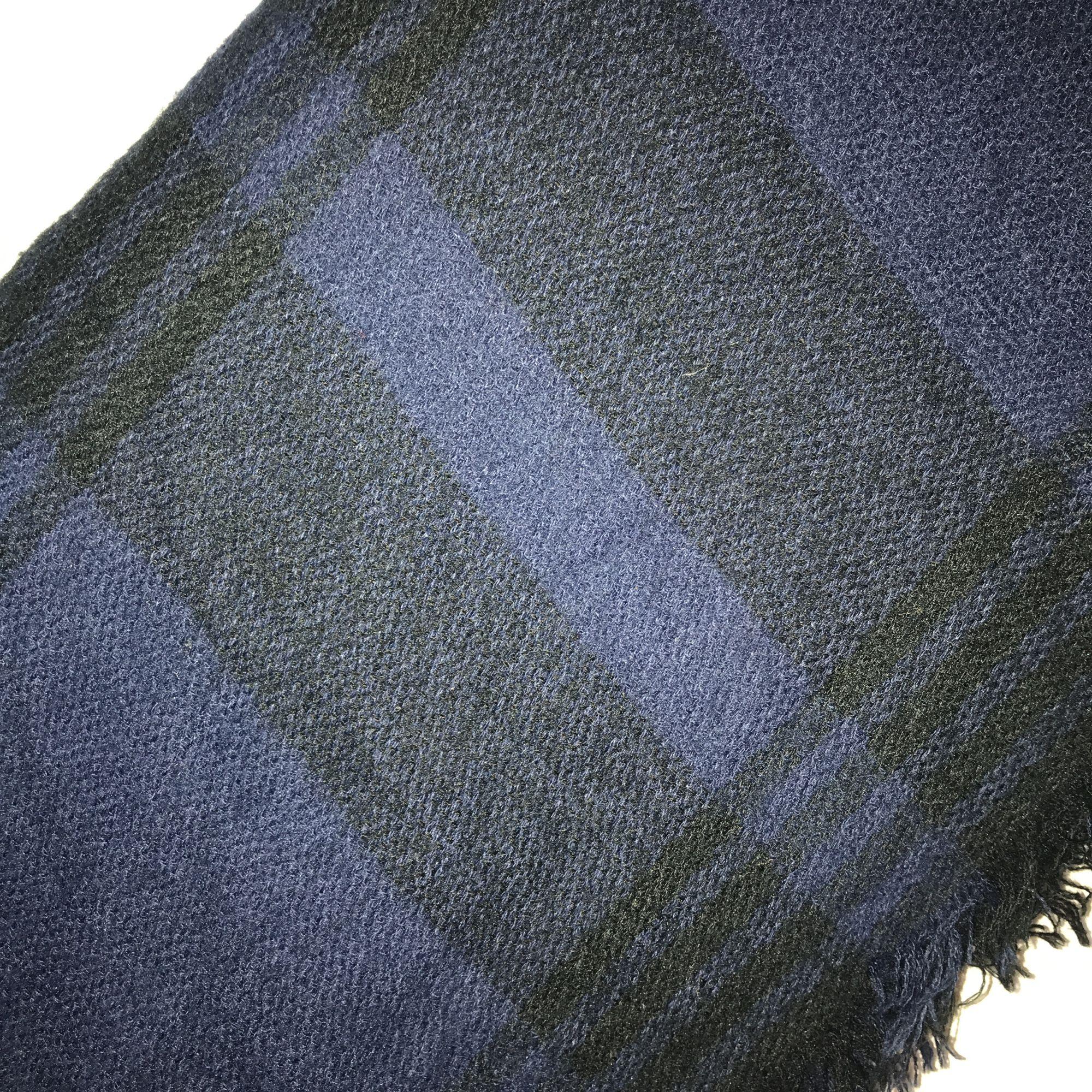 Blåsvart rutig tjock halsduk. 🌸 köparen står för eventuell frakt 🌸. Accessoarer.