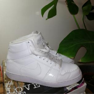 Snygga vita Nike skor i gott skick. Köpare står för eventuell frakt. 🍑