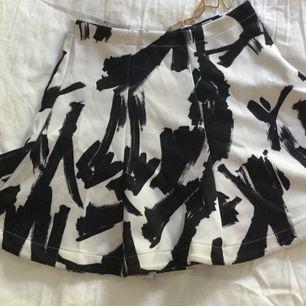 Vippig kjol från Bikbok i storlek XS. Aldrig använd!