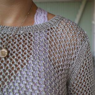 Cool tröja, okänt märke. :) Jag skulle säja att det är storlek M! Eventuell frakt 54kr