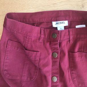 Mörkröd kjol från Monki, säljer pga använder för sällan. I princip nyskick!