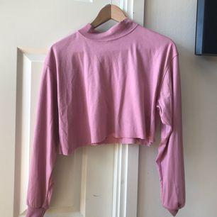 Ljusrosa jättegullig tröja, klippt av själv (är rakare klippt än det ser ut på bild nr 1 haha). Passar både S och M skulle jag säga