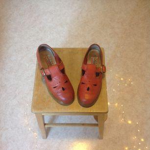 Snygga nästintill oanvända Gudrun Sjödén läder skor, köpta för ca 1500kr men har dessvärre inte använt dem så nu är det dags att sälja! I priset inkluderas frakt som går på ca 95kr skickas vi postnord