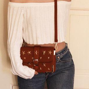 En sjukt snygg rödbrun väska med stjärnor på. Endast använd en gång så den är i perfekt skick.