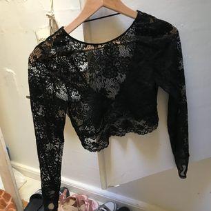 Genomskinlig jättefin tröja från Hm i strl M! använd en gång men i bra skick. Säljes då den sällan kommer till användning för mig. Kan frakta men ni står för frakten!