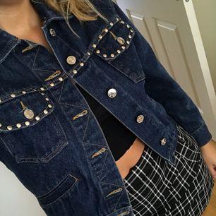 """(Lägger upp denna igen eftersom jag inte kunde byta bilder i den förra annonsen) Superfin vintage jeansjacka med silvriga """"nitar"""" både fram och bak, är kortare och tightare i modellen, fortfarande inte tight, men inte oversized heller!"""