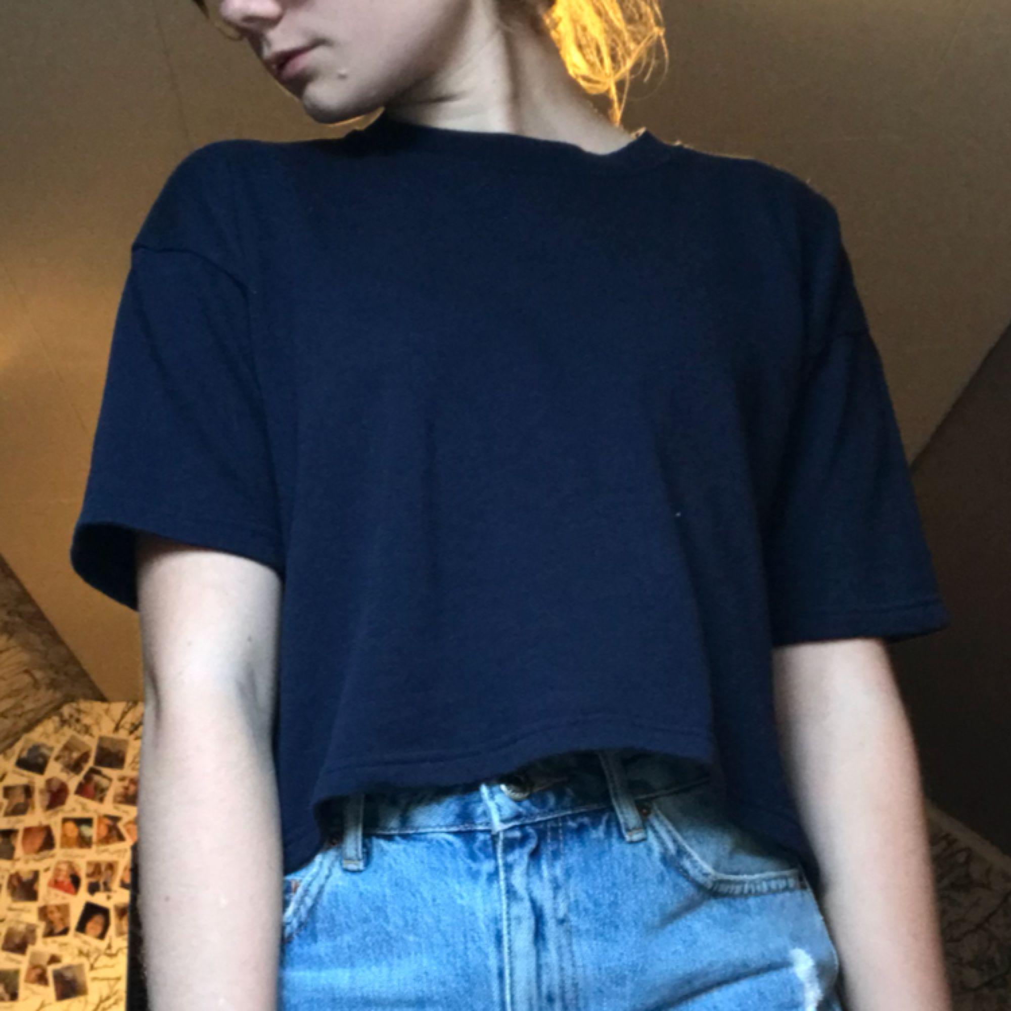 lite tjockare t-shirt från bikbok bra sick använt 1 gång. T-shirts.