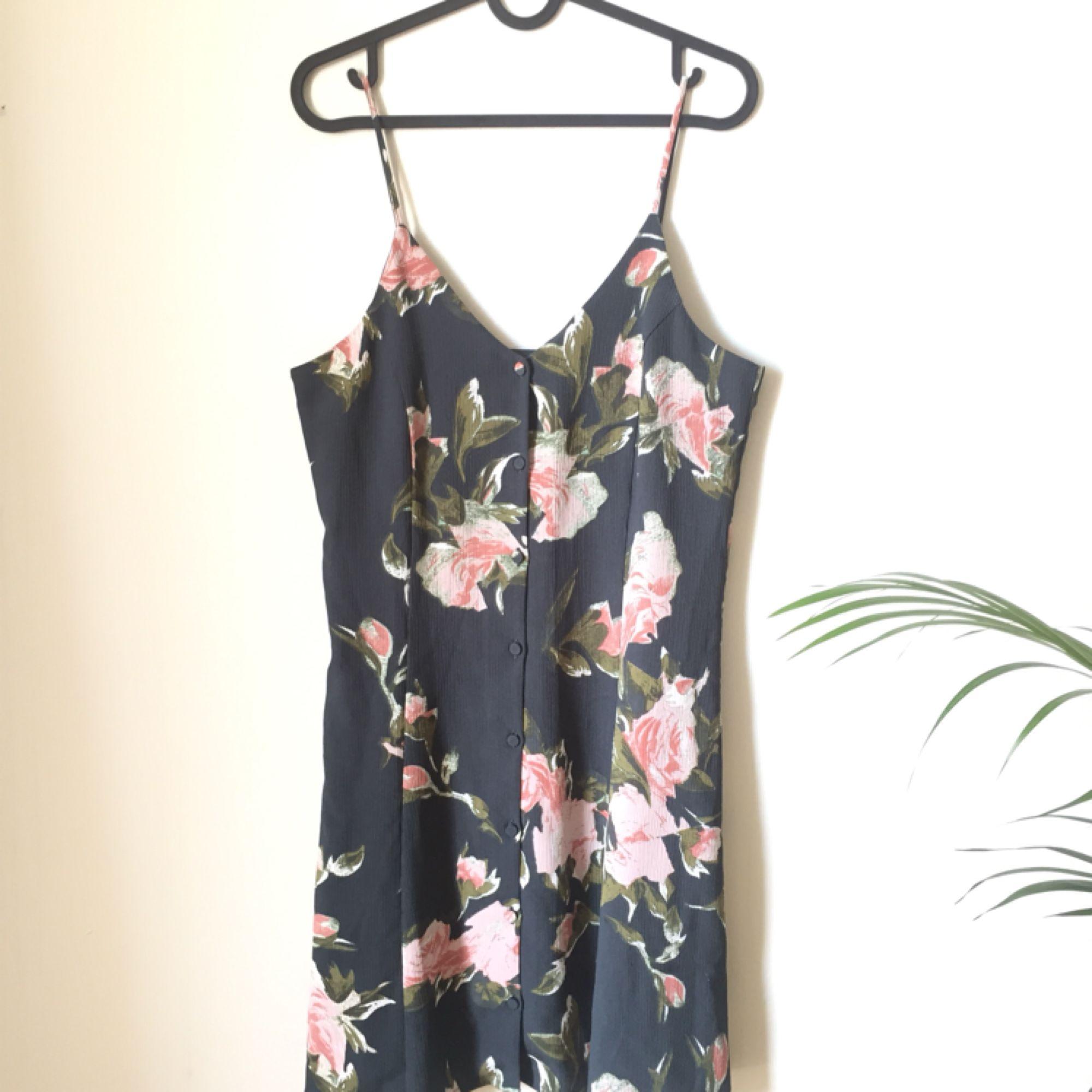 fcc18c6f8c30 Säljer en Jättefin klänning från weekday som är lite stor för mig.