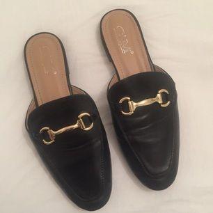 Slip-in Loafers i imitationsläder. Använda ett par gånger. Frakt betalar köparen.