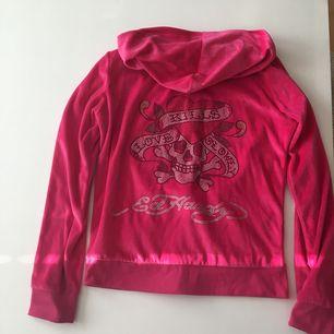 Mysig hoodie från Ed Hardy. Kan postas, köparen betalar frakten, eller mötas upp i Kungsbacka.