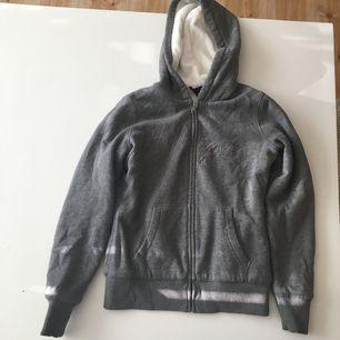 Varm tröja från Tommy Hilfiger med mysigt material på insidan. Kan postas, köparen betalar frakten, eller mötas upp i Kungsbacka.