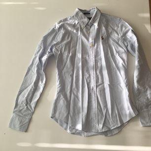Skjorta från Ralph Lauren, slim fit storlek 0. Kan postas, köparen betalar frakten, eller mötas upp i Kungsbacka.