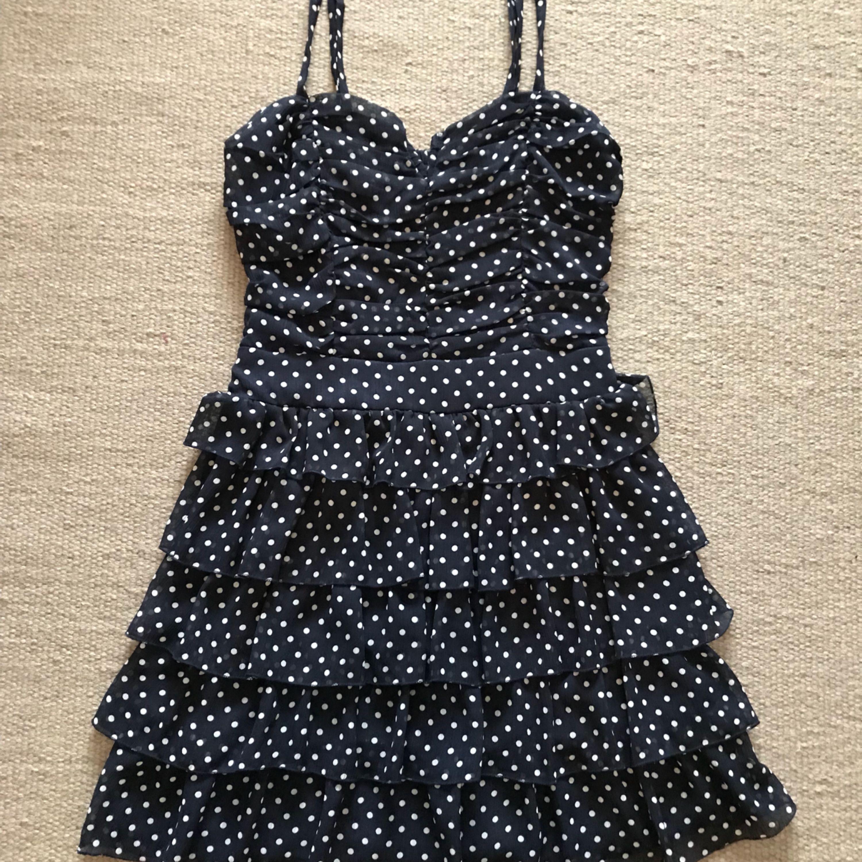 2439a294781b Prickig klänning med volanger och reglerbara axelband från Forever21.  Använd en gång så säljes i ...