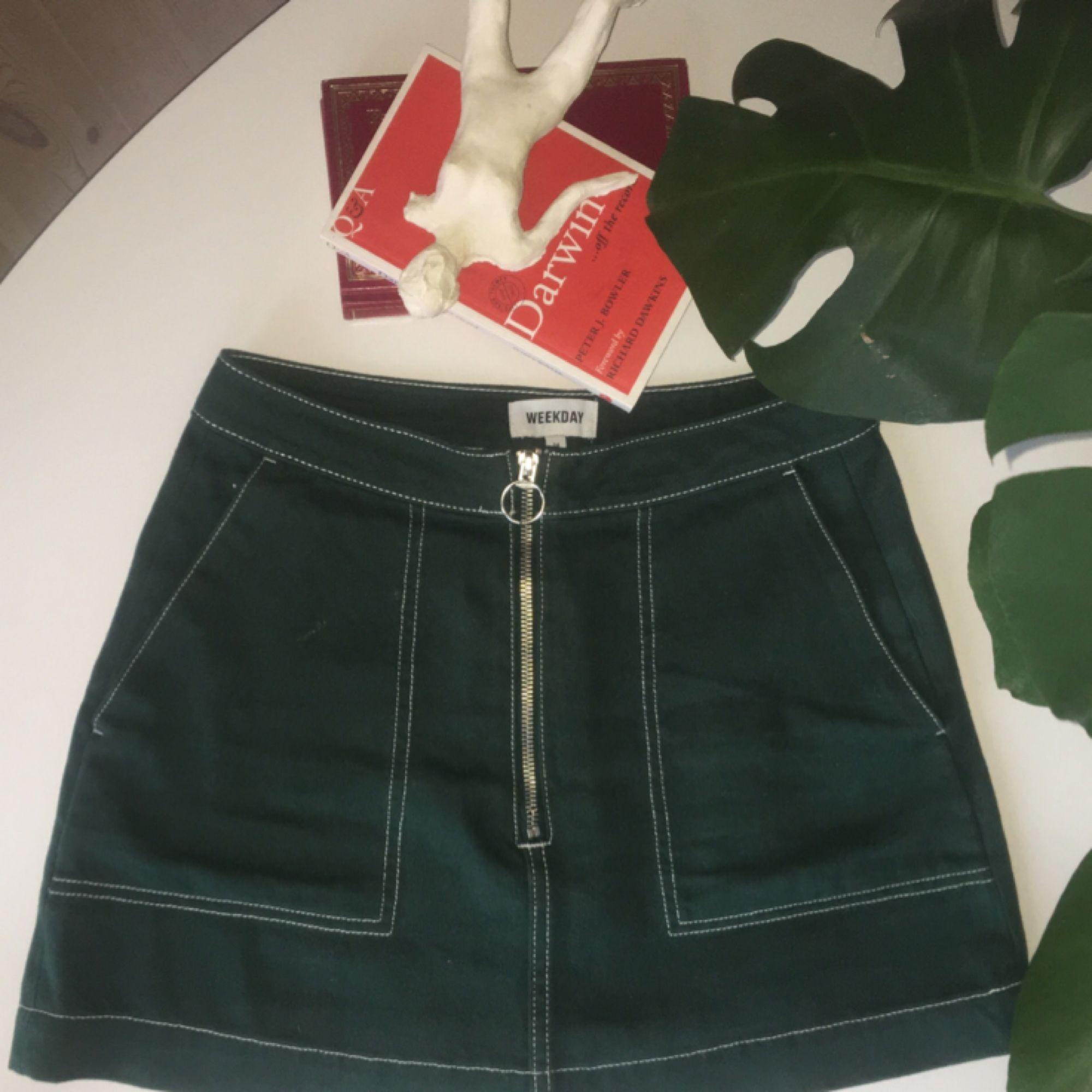 superduperhärlig mörkgrön kjol från weekday jag nu tyvärr måste göra mig av med pga har blivit för liten :-(( sitter dock hur snyggt som helst på en med storlek xs! har endast använt 2 gånger så fint skick:-)   (frakt tillkommer!!). Kjolar.