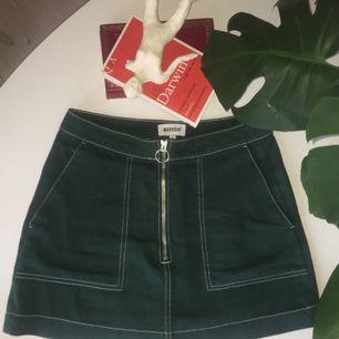 superduperhärlig mörkgrön kjol från weekday jag nu tyvärr måste göra mig av med pga har blivit för liten :-(( sitter dock hur snyggt som helst på en med storlek xs! har endast använt 2 gånger så fint skick:-)   (frakt tillkommer!!)