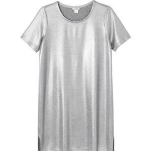 Asball metallic t-shirtklänning från Monki. Använd MAX tre gånger och i prima skick. Har ingen bra bild på min men den ser ut som på bilden :) Superfin!!