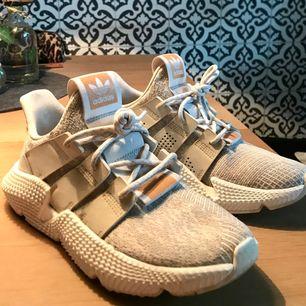 Fräscha adidas sneakers använda ca 4-5 gånger. Jättesköna men jag behöver lite cash ;)