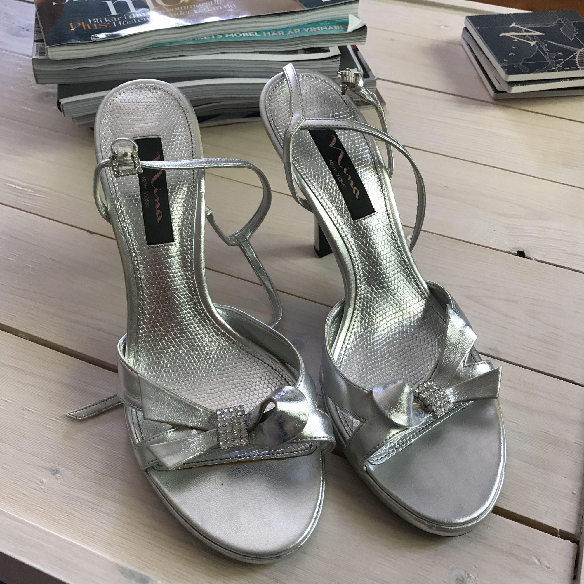 734e0bf7933 Silvriga sandaletter, köpta för 900kr i USA. Har några slitagefläckar men  syns bara på ...