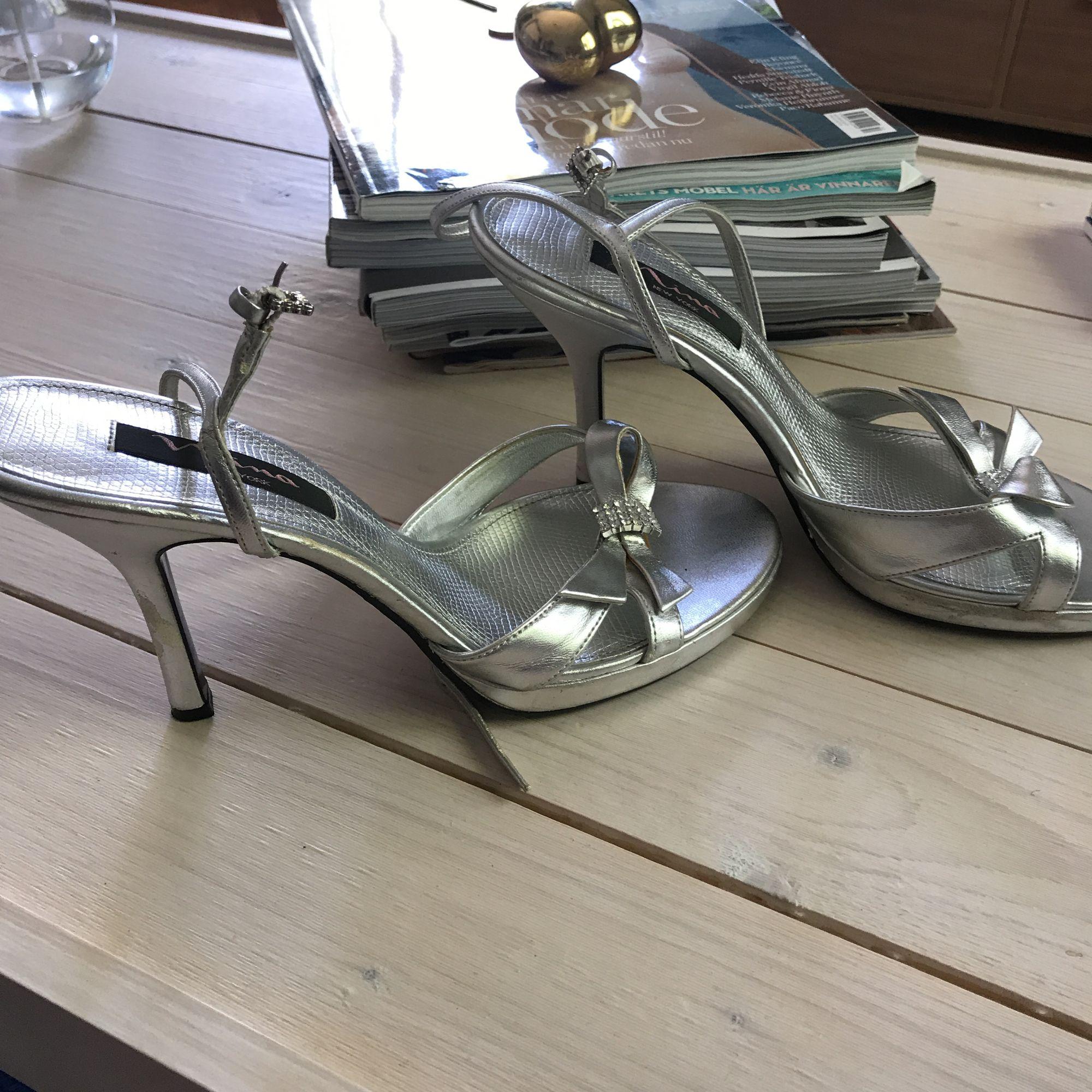 e58508e54e7 ... Silvriga sandaletter, köpta för 900kr i USA. Har några slitagefläckar  men syns bara på ...