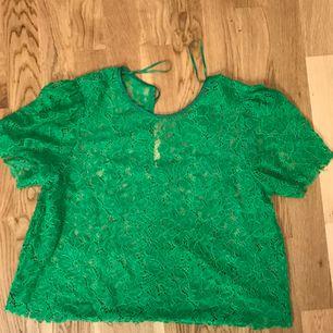 Superfin spetsblus från Zara i en väldigt trevlig grön färg, använd fåtal gånger. Köparen står för frakten :)