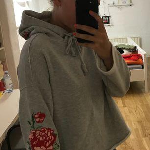 Såå fin och bekväm hoodie från hm med jättefint broderi på armarna och luvan, använd ca 1 gång då den inte kommer till användning. Köparen står för frakten :)