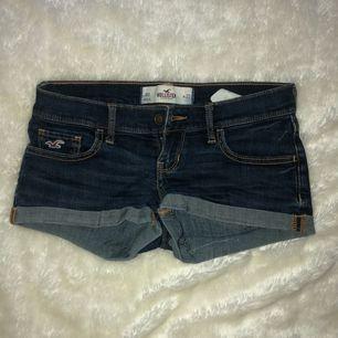 Ett par shorts från hollister. Använt ett få tal gånger och är som nya. Dem är hela överallt och har inga slitningar. Säljer dem pga att dem blivit försmå men har varit favorit paret