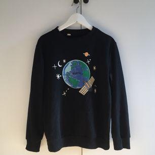 svart långärmad tröja med rymd-tryck!! beställde den från en sida på internet för ett tag sen, det ska stå earth på trycket men det står barth lmao men den är ganska gullig ändå och skön att ha på sig! frakt ingår i priset <3