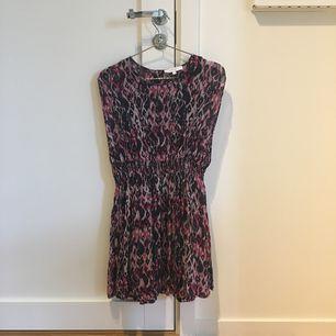 Söt klänning från IRO. Nyskick, aldrig använd. Kan mötas upp i kungsbacka eller posta, köparen står för frakten.