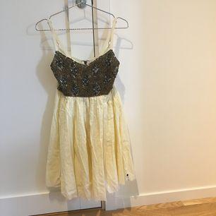 Söt klänning från One Teaspoon. Det går att ställa in banden. Kan mötas upp i kungsbacka eller posta, köparen står för frakten.