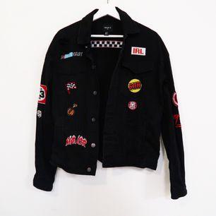 Oversized jeans jacka, med massa patches. Köpt på forever 21, mycket bra skick!